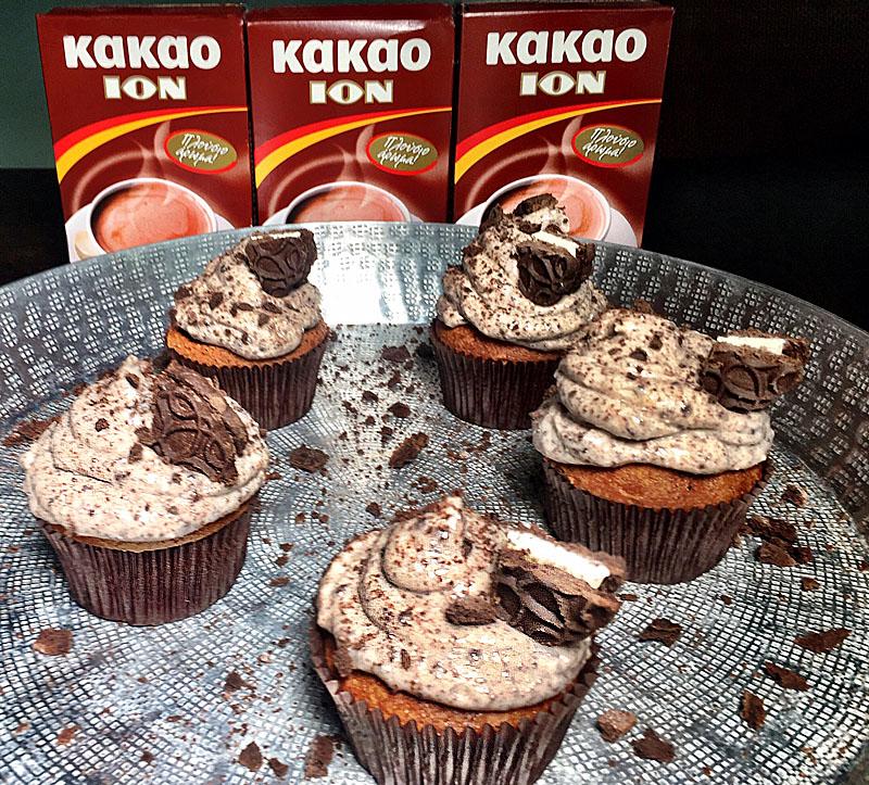 Cupcakes με κακάο ΙON και μπισκότα σοκολάτας με λευκή κρέμα