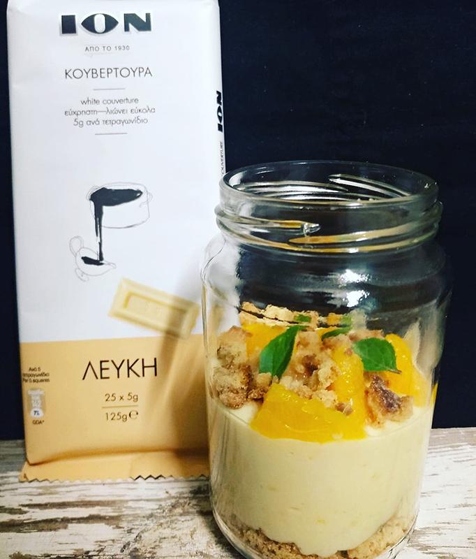 Μους λευκής κουβερτούρας ΙΟΝ με γιαούρτι, τσάι και μπισκότο κανέλας