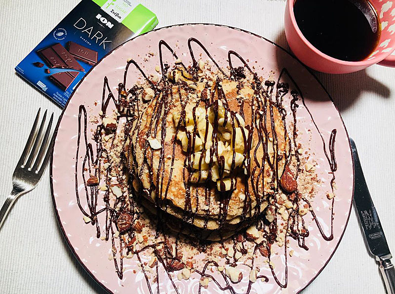 Low carb pancakes αμυγδάλου με μπανάνα και σοκολάτα ΙΟΝ Dark, χωρίς γλουτένη, ζάχαρη και γαλακτοκομικά