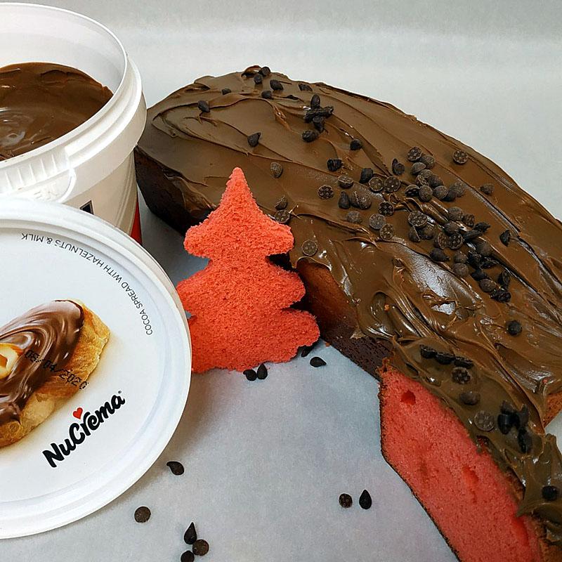 Red colour cake με Nucrema και σταγόνες κουβερτούρας κλασική και γάλακτος ΙΟΝ