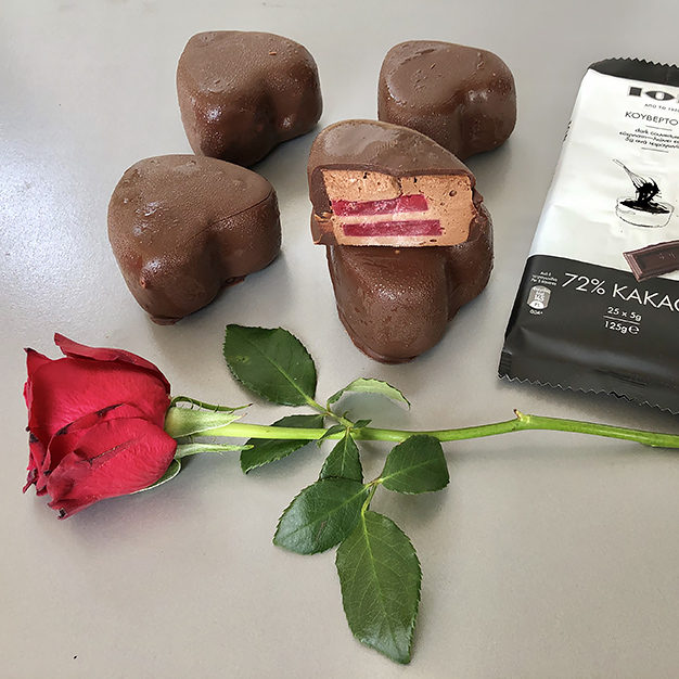 Vegan καρδιές με μους σοκολάτας και ζελέ από σμέουρα