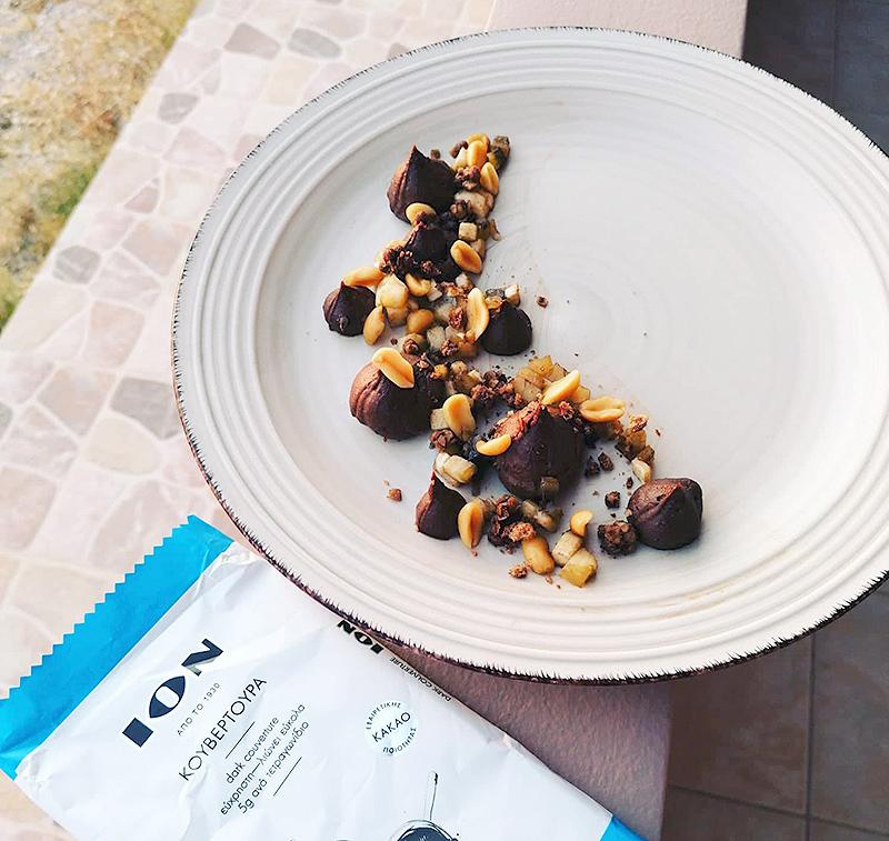 Μους σοκολάτας ΙΟΝ με φυστικοβούτυρο και καραμελωμένες μπανάνες